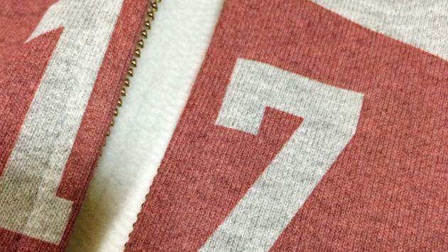 パーカーやスウェットで裏起毛生地にもプリントできますが、ポリエステル繊維が多いと褪せた色合いになりやすいです