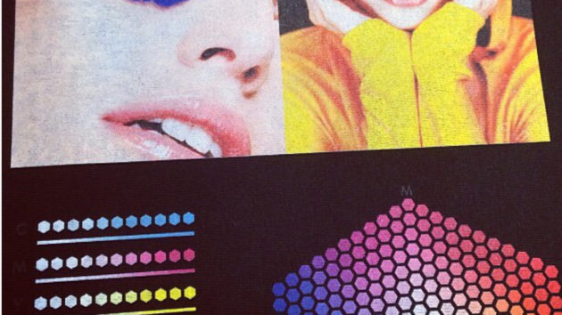 インクジェットプリントはCMYKのインクを使った印刷になりますのでRGBカラーモードの鮮やかな色味が変わったり、色によっては表現できません。
