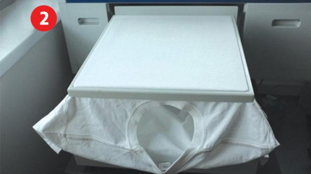 プリントテーブルにTシャツやウェアを印刷したい位置に1枚1枚セットします。