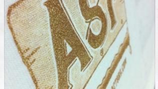 ゴールドやシルバーなどメタリックインクを使えば上品な印象に仕上がります。